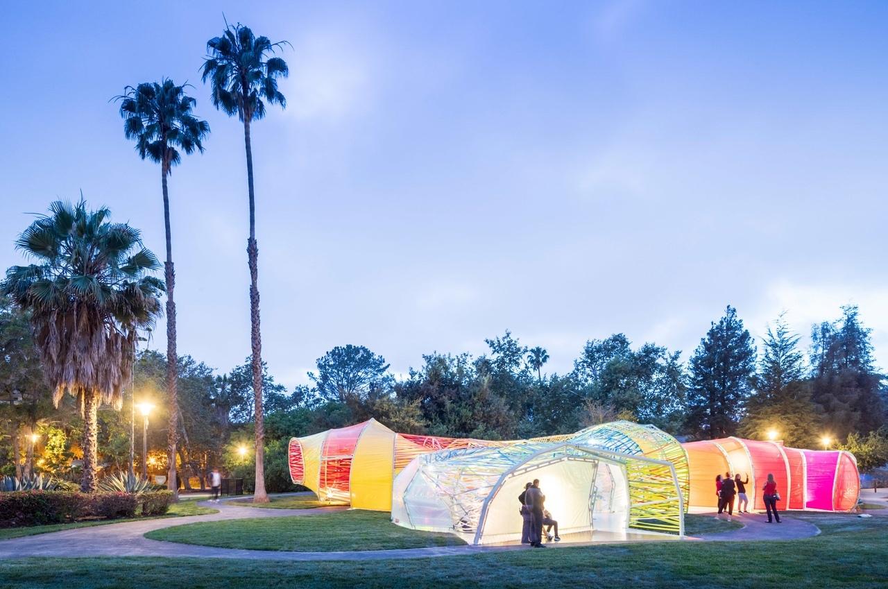 Змеевидный павильон в пластиковой пленке, разработанный испанской фирмой SelgasCano , был перестроен в Лос-Анджелесе как место проведения мероприятий для британской компании Second Home .