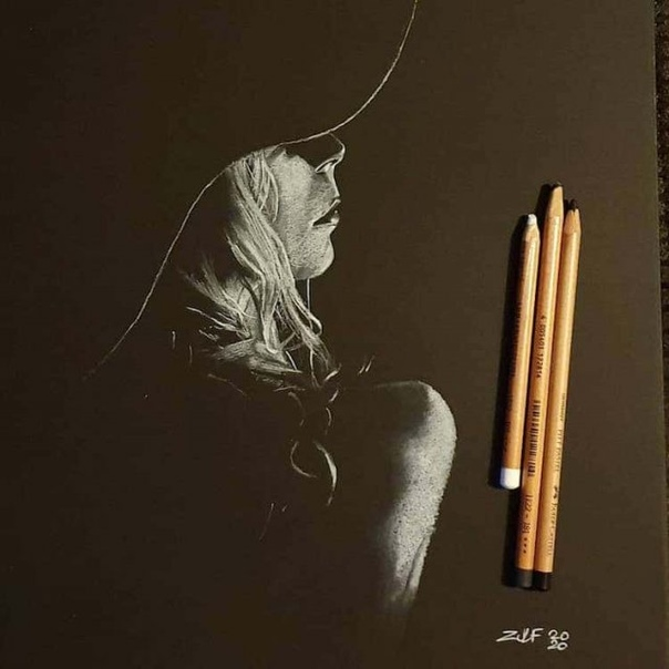 Художник пишет женские портреты, мастерски используя свет и тень
