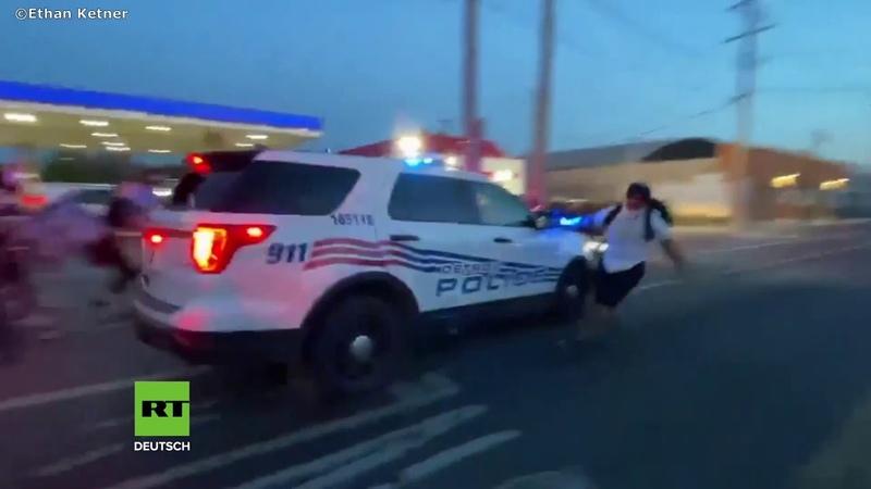 BLM-Proteste in den USA Polizeiwagen rast mit Demonstranten auf der Motorhaube davon