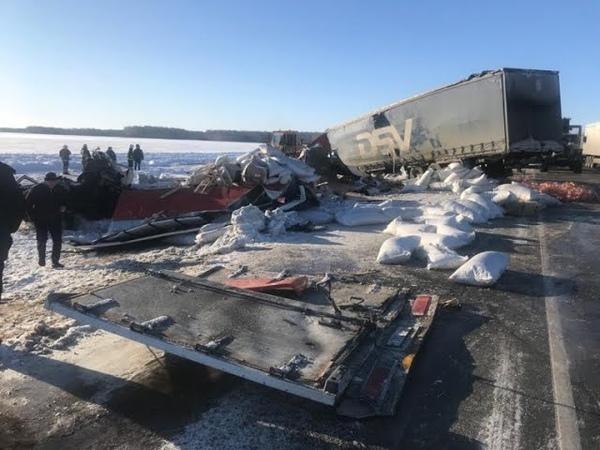 19 01 2020г Страшное лобовое столкновение двух большегрузов Погиб 1 человек Челябинск Новосибирск