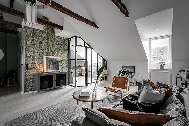 Стеклянная перегородка, балки и зеленые обои: мансардная квартира в Швеции (74 кв.