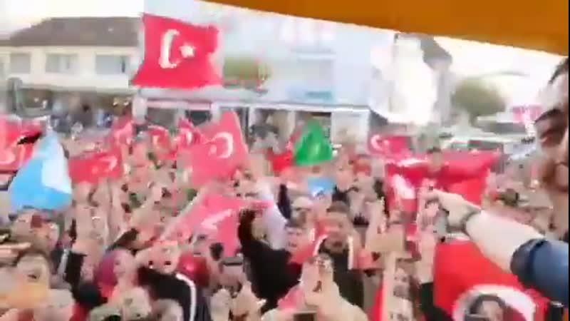 Немецкий город Хайлброн, турки что-то празднуют