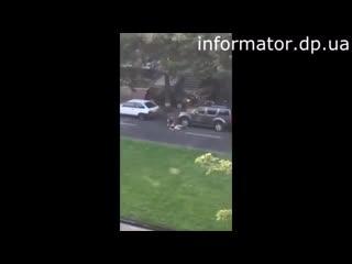 Момент расстрела АТОшников в центре Днепропетровска. Видео очевидца. Двое погибших, пятеро раненых.