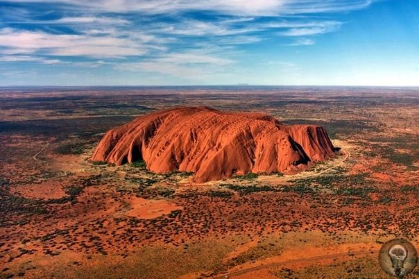 Австралия - Красная гора Улуру Это загадочное чудо природы находится почти в центре австралийского континента и привлекает к себе около полумиллиона туристов в год, несмотря на жару и полчища