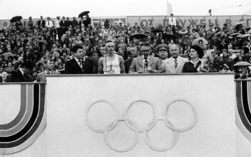 На трибуне стадиона «Труд»: митинг ведет председатель исполкома горсовета Р.Ф. Чиж.