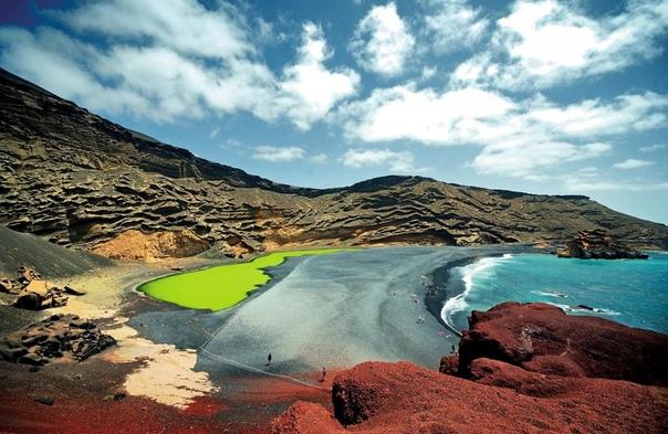Зеленое озеро и волшебная лагуна Эль Гольфо В южной части острова Лансароте (Канарские острова) находится небольшая рыбацкая деревня Эль Гольфо (El Golfo). После гигантского извержения вулкана в