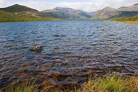 Озеро Джека Лондона. Где это Водоем расположен в верховьях рекиКолымывЯгоднинском районеМагаданской области, лежит среди гор, на высоте 803 метра. Длина озера в северо-западном направлении