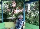 Жительница дома Ветеран ул Горняков 29 играет на акордеоне дарит хорошее настроение