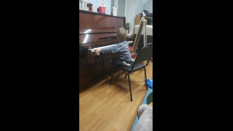 Ванюша играет на пианино
