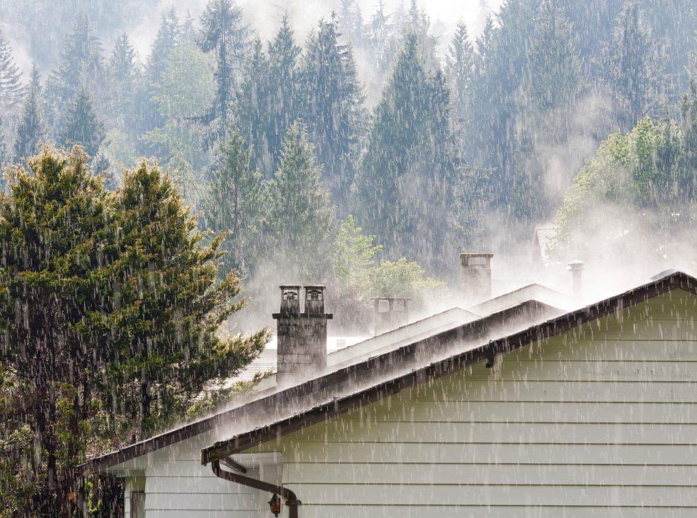 Как защитить деревянный дом от осадков