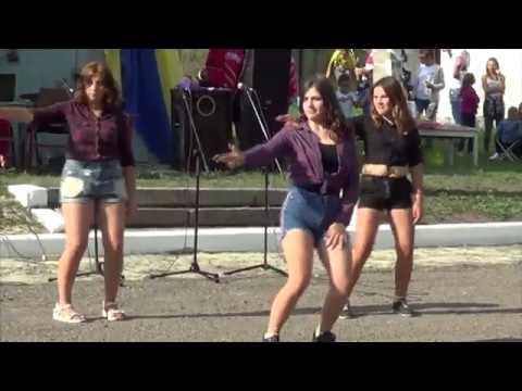 Дівчата танцюють День с Луб'янка 03 08 2019