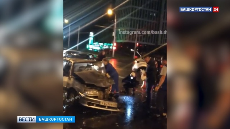 В Уфе спасатели вытаскивают мужчину из искореженной машины