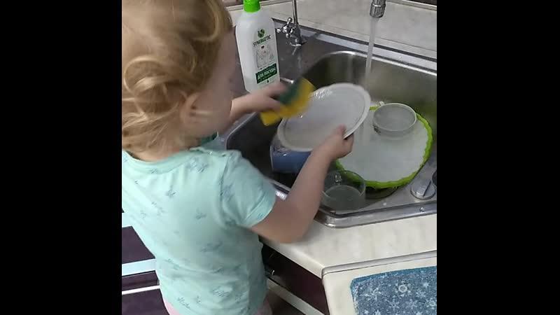 Иногда посуду можно помыть и в ну внук не прибегая к технике 😀