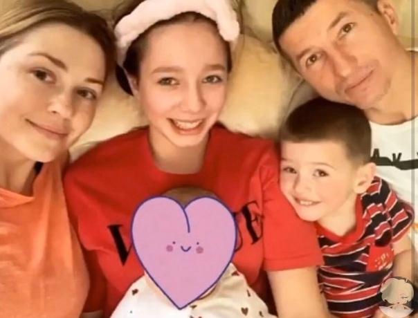 Евгений Алдонин поделился трогательным семейным снимком с дочерьми и сыном