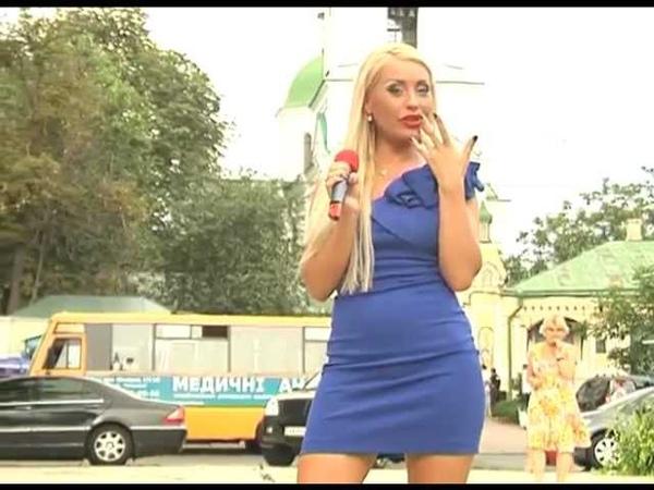 Блонда читает политические новости Каролина Руффо