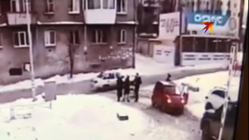 Автоледи, избившая молодую маму с коляской, отделалась штрафом
