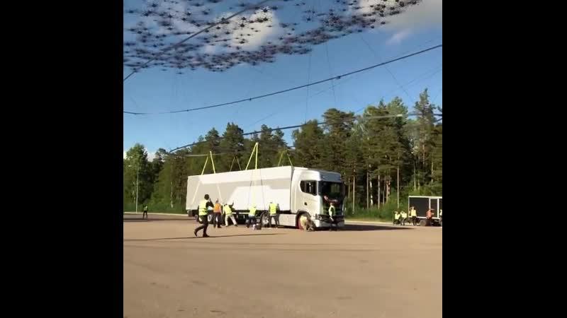 И так, благодаря Scaniagroop мы можем знать что 2000 Дронов могут поднять 40 тонн Грузовой Машины.