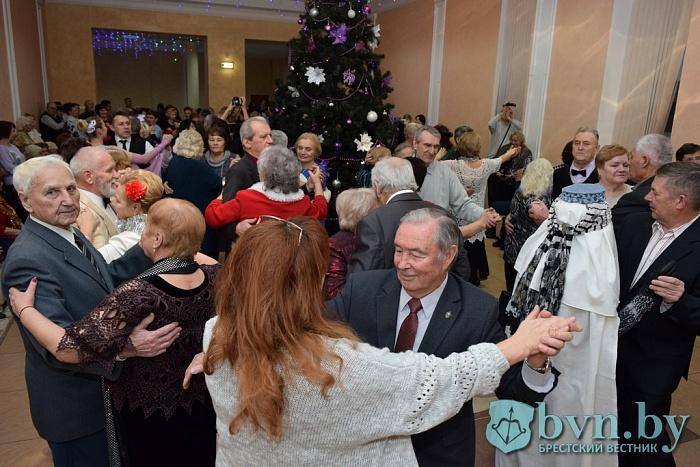 Гопак, краковяк и летку-енку танцевали на балу ветеранов в Бресте