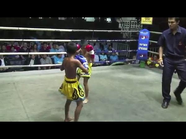 Тайский бокс. Кид Муай Тай, боец Пи, нокаутирует своего противника с помощью body kick.