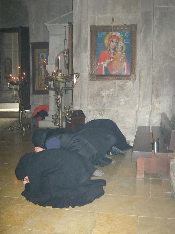 Монашки совершают молитву как в мусульманском намазе.