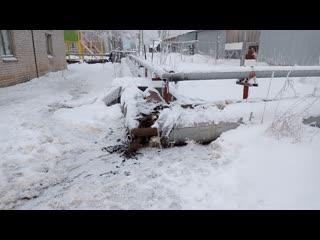 В деревне Рембуево в очередной раз замерз водопровод. Жители сидят без воды. Архангельская область, Холмогорский район.