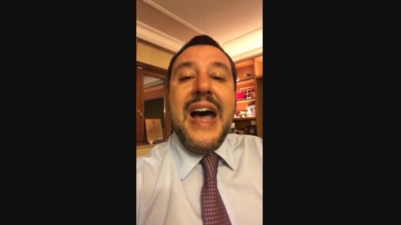 """Salvini hofft, dass sich Frankreich von der """"schrecklichen Führung"""" Macrons befreien kann- Razzista, fascista, nazista... Alle b"""