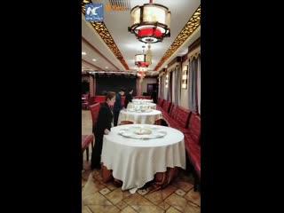 Вот как ловко официанты в Китае накрывают на стол!