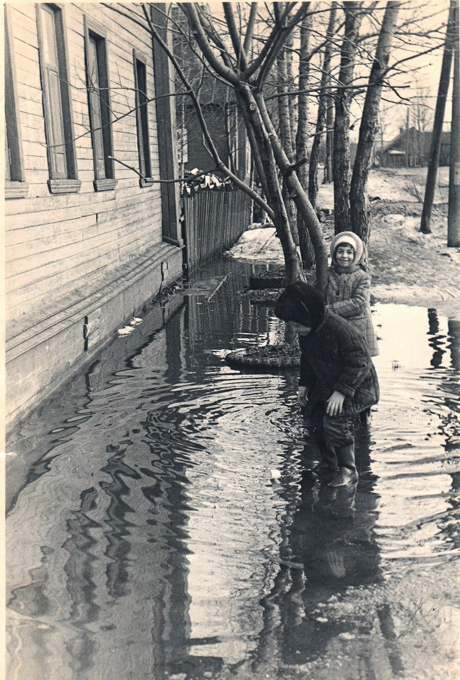 Фото 1977-1978-го года, посёлок Коноша, у дома