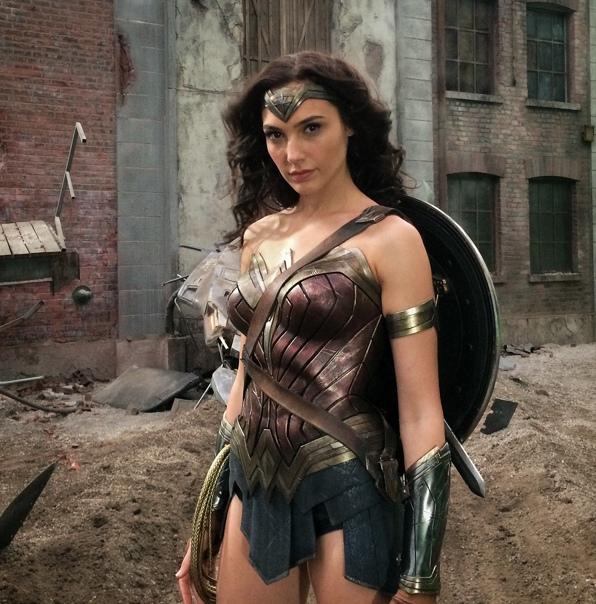 Зак Снайдер поделился фото Галь Гадот с первого для неё дня съемок «Бэтмена против Супермена» в полном обмундировании Чудо-женщины