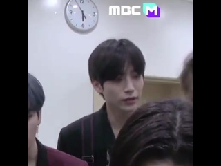 jungmo wonjin aa come over here - - jungmo asking wonjin to come to the right side so that he'll be in the screen attentive hyun