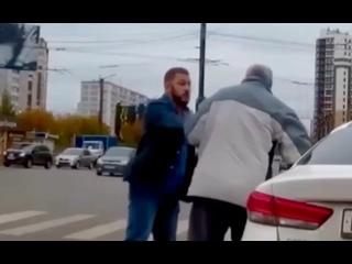 Огромный мужик с пафосными номерами 777 избил старика и оттащил его на тротуар, намекая на то, что ему надо ходить пешком.
