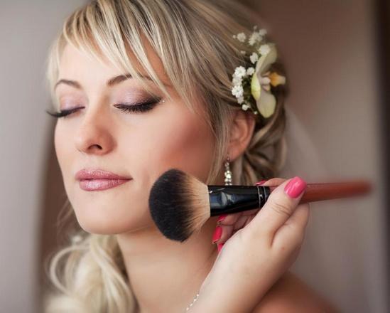 Тональные основы для лица разработаны для разглаживания поверхности кожи и служат основой для другого макияжа лица.