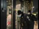 В Киеве полиция взяла штурмом элитный ресторан из-за нарушения карантина .