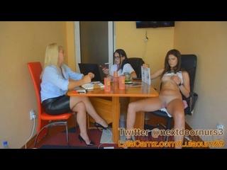 CFNF, OON, мастурбация при посторонних – вебкам-модель украдкой мастурбирует, сидя за столом с болтающими подругами