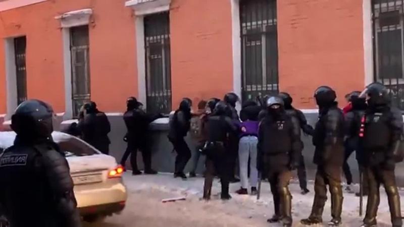 ОМОН ставит лицом к стене задержанных на московской улице Ольховская