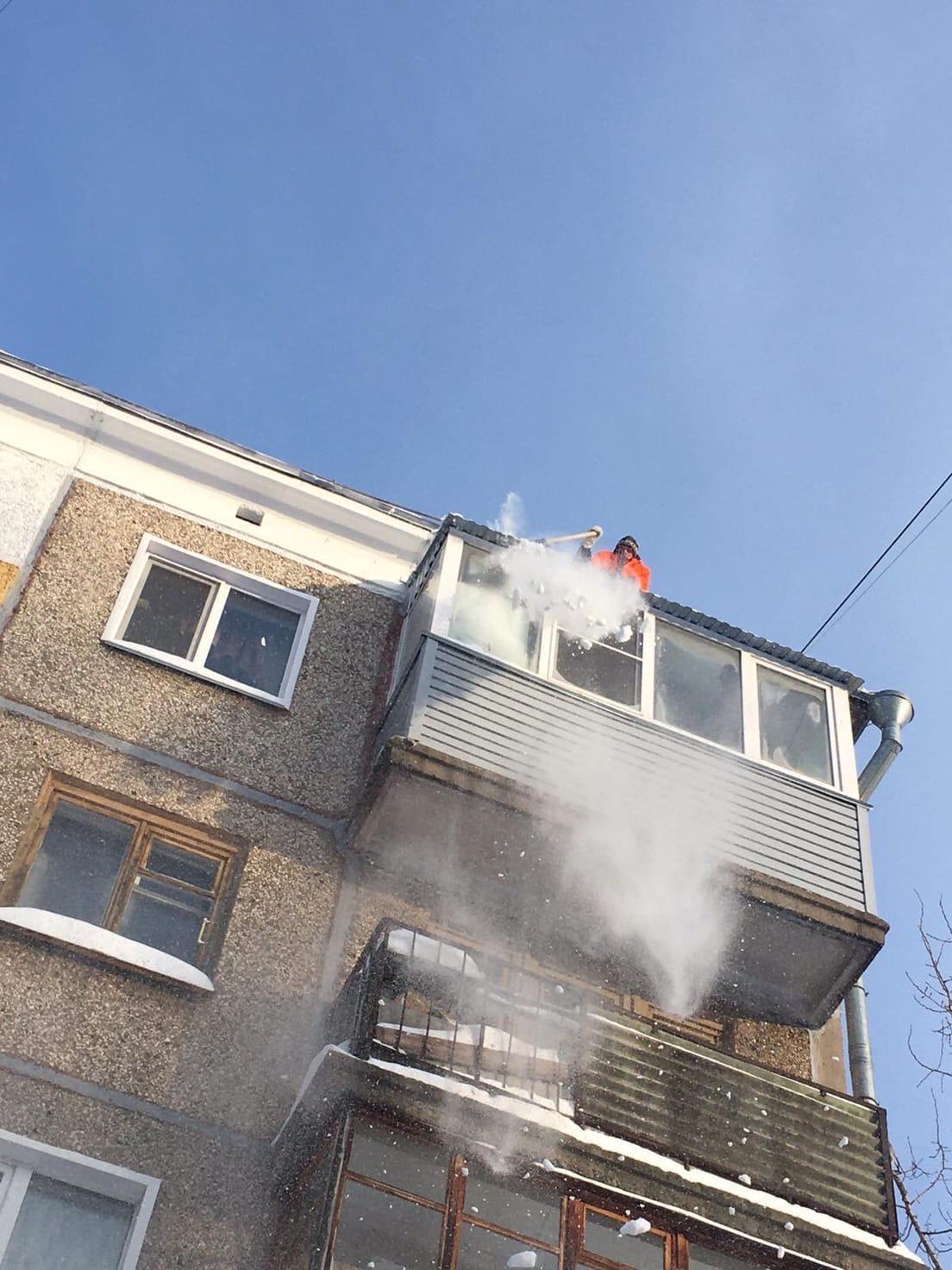 Улица Монтажников дом 30 чистка кровли
