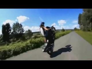 Девушка на мотоцикле,супер трюки