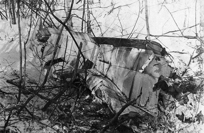 Февраль 1942 года. СССР. Обломки немецкого бомбардировщика Junkers Ju 88, сбитого лётчиком-истребителем В.В. Силантьевым.