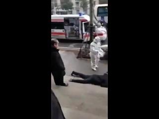 Мужик упал посреди улицы, и его сразу забрали то ли медики, то ли какие-то космонавты