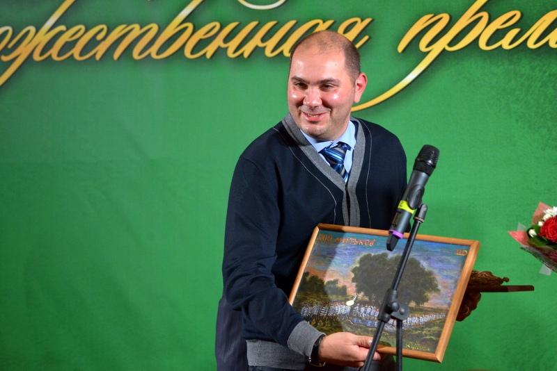 Александр Бабабян с памятным призом - картиной Дмитрия Шагина.