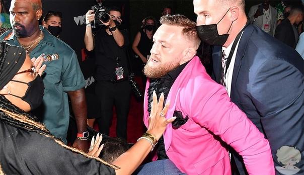 Громкий скандал: Конор МакГрегор напал на парня Меган Фокс Известный боец MMAКонор МакГрегорнабросился с кулаками на рэпераMachine Gun elly. Все это произошло на церемонии вручения премии MTV