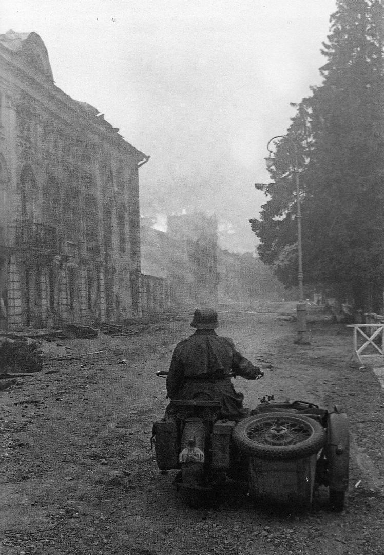 Немецкий мотоциклист на фоне пожара в Большом Петергофском дворце. 23 сентября 1941 г. Bild 101I-391-1268-27 Bundesarchiv