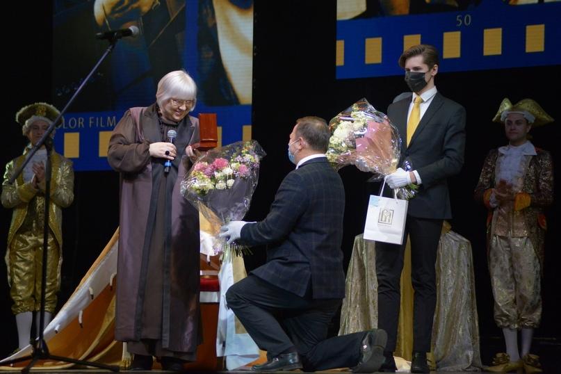 Председатель Комитета по культуре Санкт‑Петербурга К.Э.Сухенко поздравляет Президента фестиваля Светлану Крючкову с юбилеем.