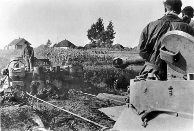 Если не было специальной техники для эвакуации цепляли другие танки, хоть это и не разрешалось делать. Bundesarchiv Bild 183 J15570 Russland