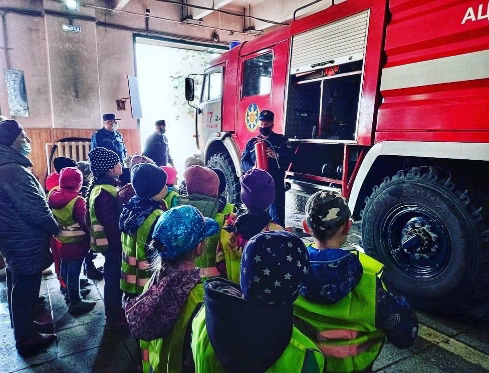Вчера работники 277-й пожарной части #Мособлпожспас провели экскурсию по подразделению для воспитанников детского сада №6 «Солнышко», расположенного в городском округе Лосино-Петровский 👧🏼👦🏻🧒🏼