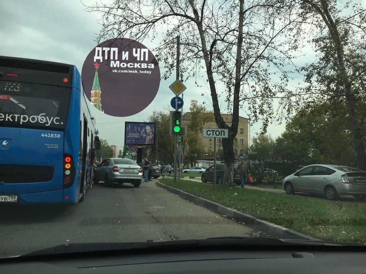 Некрасовка улица Инициативная. Skoda и электробус. Объезжали по тротуару.