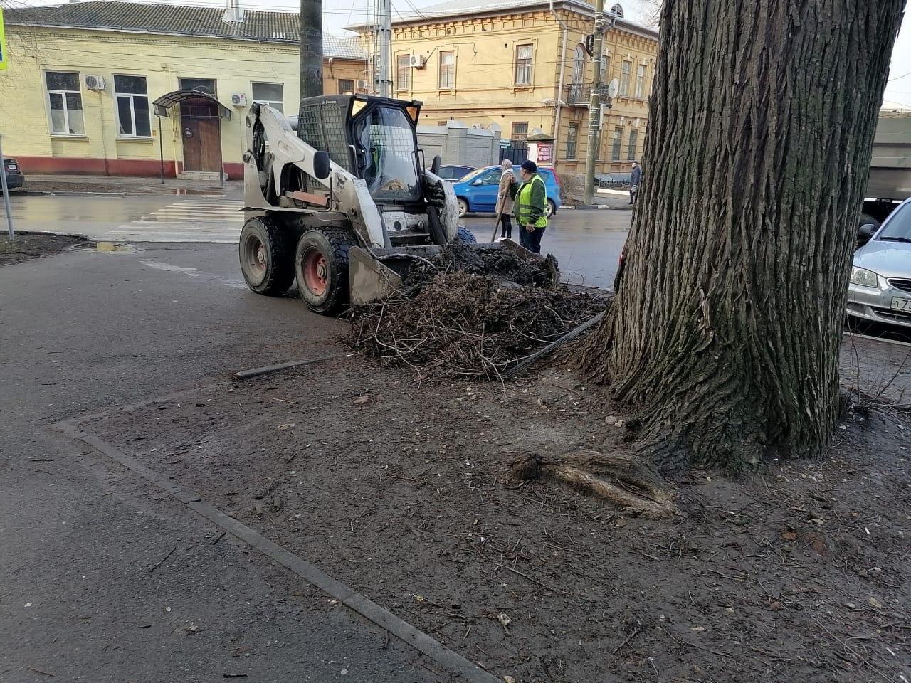 В городе Таганроге проводится уборка автомобильных дорог
