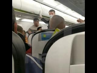 В Омске задержали рейс в Москву из-за буйного пассажира