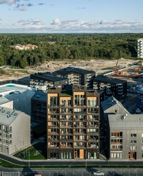 В Швеции построили самое высокое деревянное здание в стране Архитектурная компания CF Møller Architects опубликовала фотографии здания ajstaden Tall Timber Building, построенного недавно в