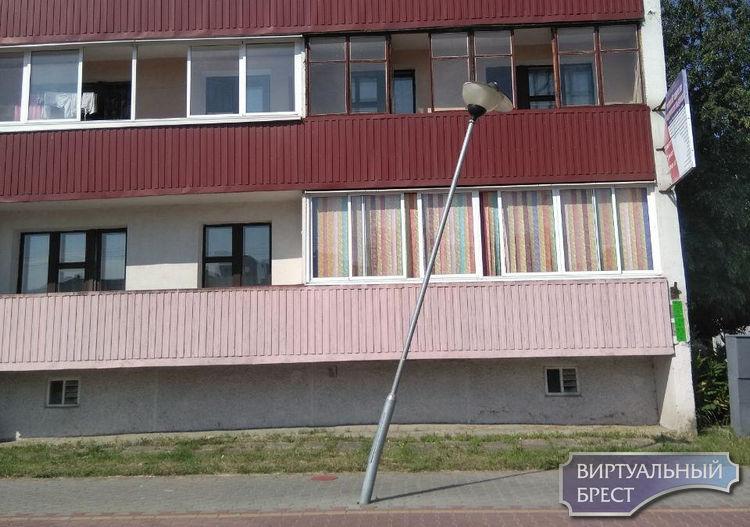 В Бресте на Партизанском проспекте новый арт-объект - падающий фонарь